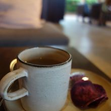 ラウンジではコーヒーや島の命草などのお茶やお菓子が。
