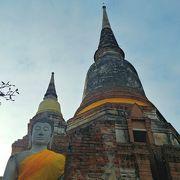 オレンジ色が鮮やかな寺院!