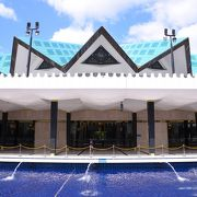 クアラルンプール中心部からのアクセス良し。白が基調の綺麗なモスク