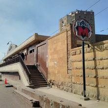 聖ジョージ教会の前にあるマリ・ギルギス駅の外観