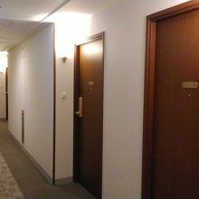 片廊下で静か