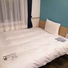 デラックスルームはベッドも広々