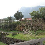 急峻なモッチョム岳が臨めます。