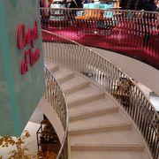 地上階に紅茶がたくさん置いてありますが,地階の食料品売り場も面白い。
