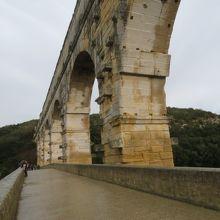 橋の上を歩いています