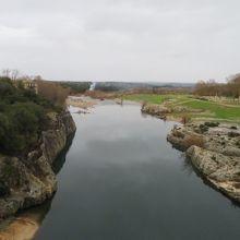 橋上からガルドン川を見ています