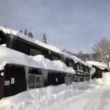 周りは雪山だけのポツンと一軒宿です。