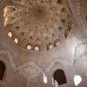蜂の巣状の天井