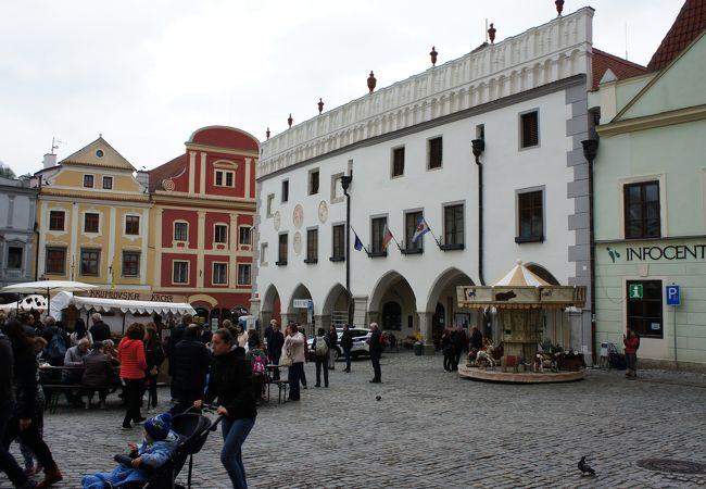 広場にある白い建物