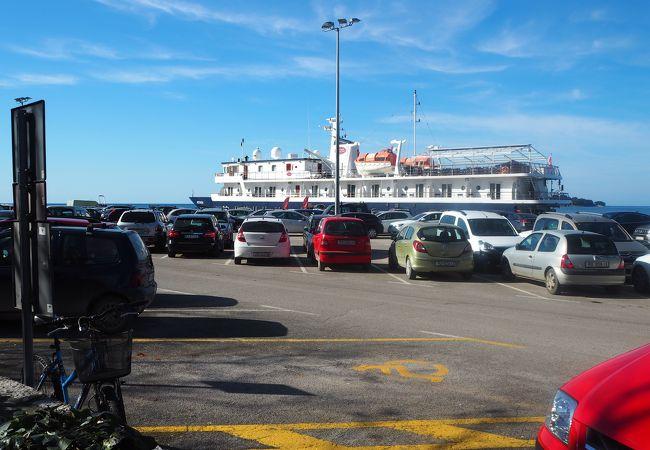 ロヴィニ港前駐車場