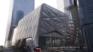 ハドソンヤードの一画に建つ奇抜な外観のホール
