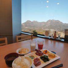 朝食バイキングは、妙義山の眺めと一緒に…