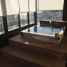 ガラス張りの内風呂。露天ではないので、寒くない。