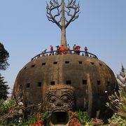 タイとの国境に架かる友好橋見学の後に訪れた、奇妙な仏像が多数陳列されている公園です。