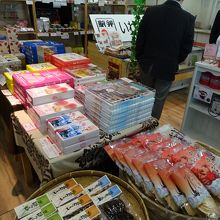 2階のお土産屋さんにはたくさんのお土産が販売されています。