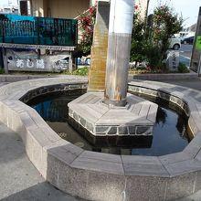 駅前広場にある足湯です。