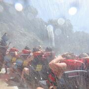 滝ボートは水浸しです