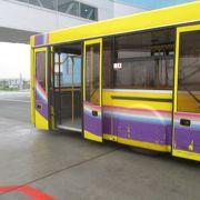 駐機場から空港ターミナルまでバス移動