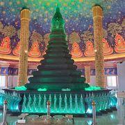 緑に光るガラス塔