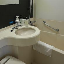 狭いが清潔なバスルーム