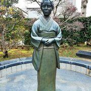 薬師堂の目の前 三橋鷹女の像