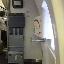 TPE-NRT:非常口座席窓側をゲット