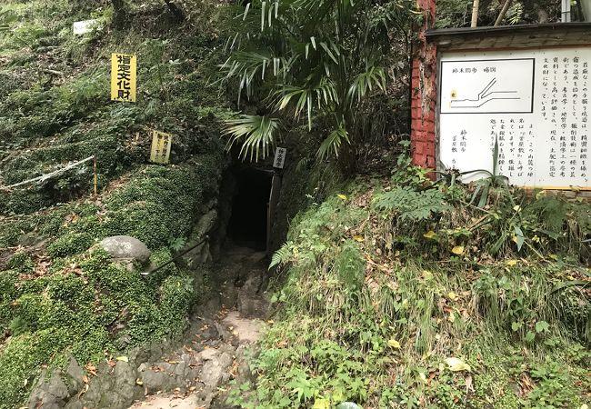 山の神の祠がある金鉱跡