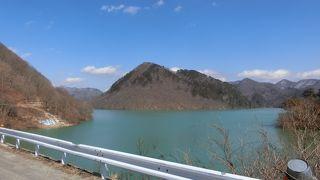 奥鬼怒川にある、山奥に現れるダム湖です。