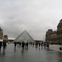中庭のピラミッド
