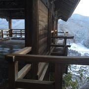 絶景の冬の山寺は足元にご注意!