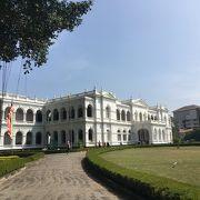 1877年に当時のセイロン総督によって建てられた白亜の巨大な館。見ごたえあります。