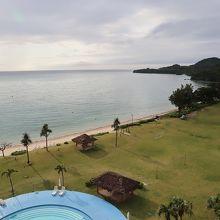 部屋からの眺め、目の前がビーチ