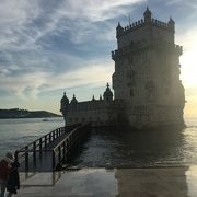 海沿いに建つ塔