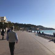 青い海岸線に沿った遊歩道