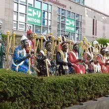 街の通りにたくさんの彫刻が