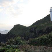 断崖に建つ灯台が絵になる