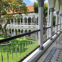 中庭に面した回廊と中庭がラッフルズ・ホテルにそっくりの雰囲気