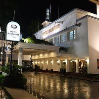 トゥンジュンガン通りに面した夜のホテル正面外観。