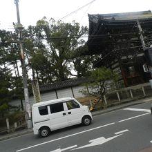 車窓から見える太秦広隆寺の山門