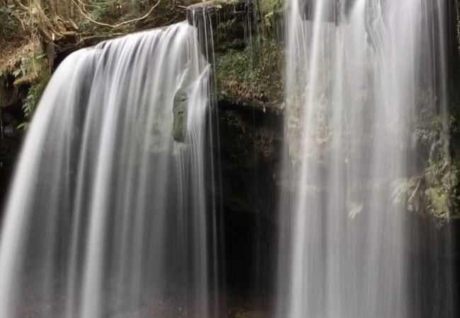 カーテンのように流れる滝