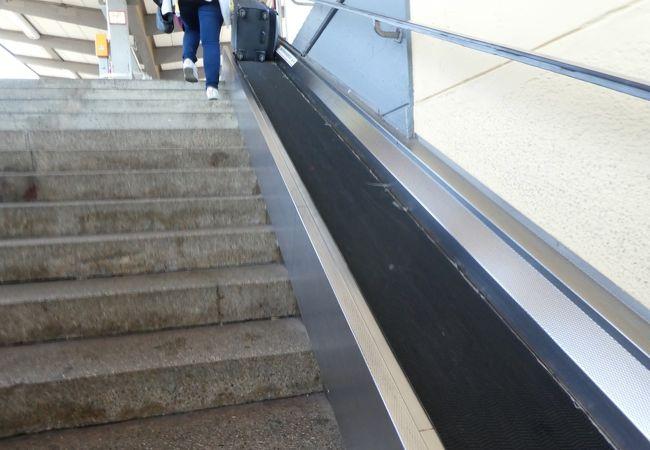 階段には大型荷物用スロープがあり便利