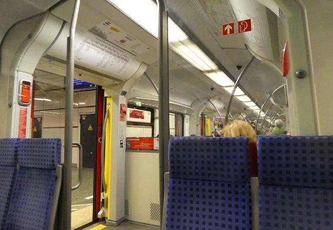 クロスシートです。これが通勤列車なのですね。