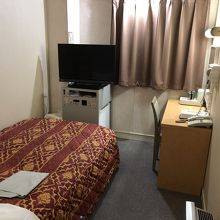 部屋は狭いがベッドは大きめ