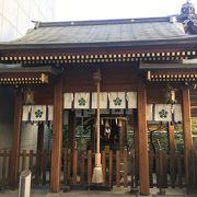 ビルの横に鎮座する神社