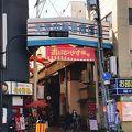 老舗の飲食店が軒を連ねる商店街