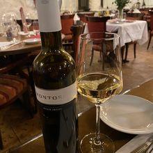 店内と赤ワイン
