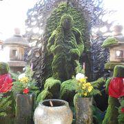 緑の石像が印象的