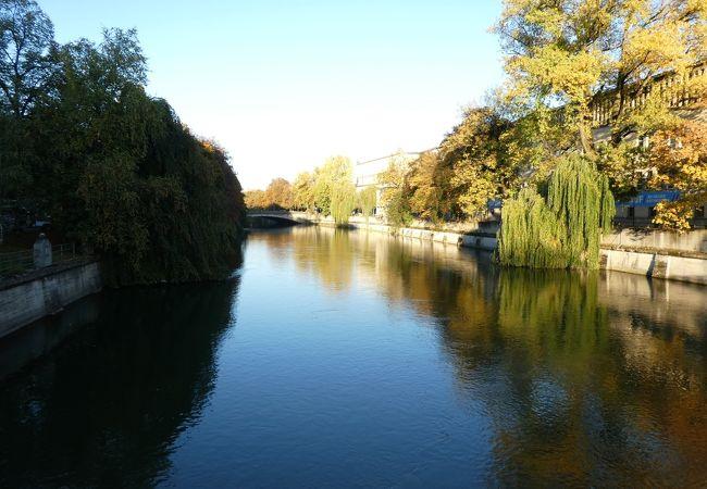 流れてるのかな、というくらい静かな川
