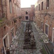 2階建ての古代の市場