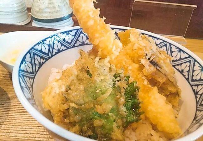 オシャレな天ぷらバーのランチの天丼が680円!